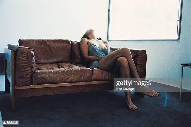 woman relaxing on a sofa - mulher sensual - fotografias e filmes do acervo