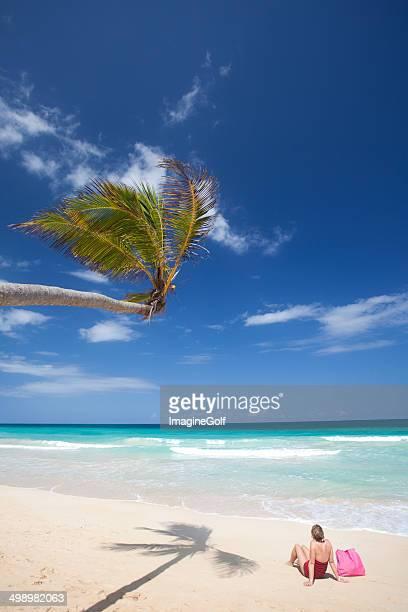 Mujer relajante en una playa Tropical idílica
