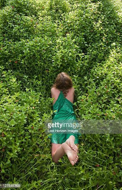 Frau entspannend Auf Waldboden