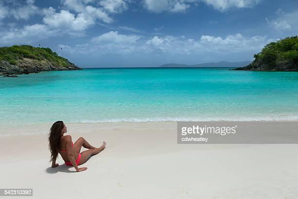 Femme se détendant sur la plage tropicale des Caraïbes