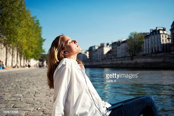 woman relaxing - junge frau allein stock-fotos und bilder