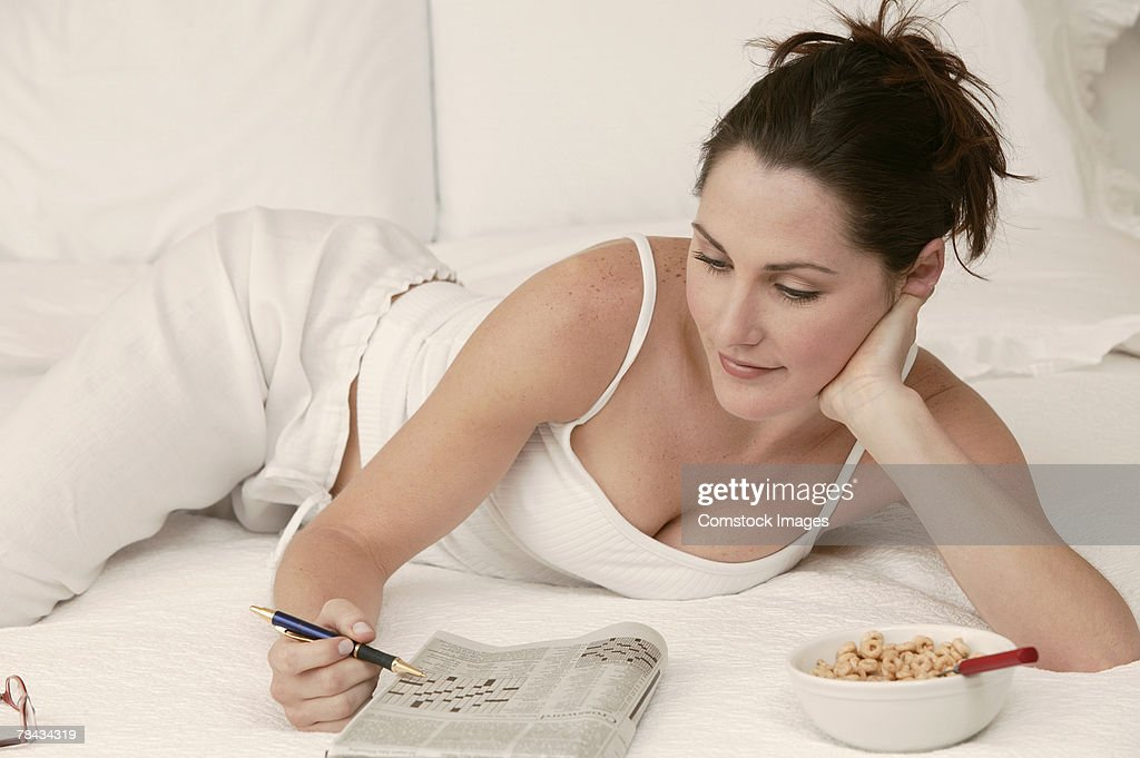 Woman relaxing with crossword puzzle : Stockfoto