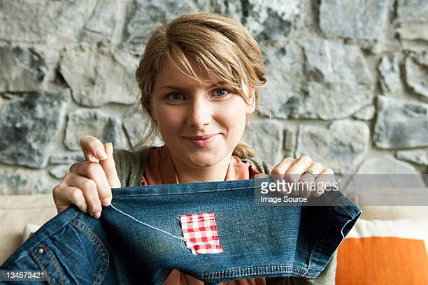 Frau reparieren jeans