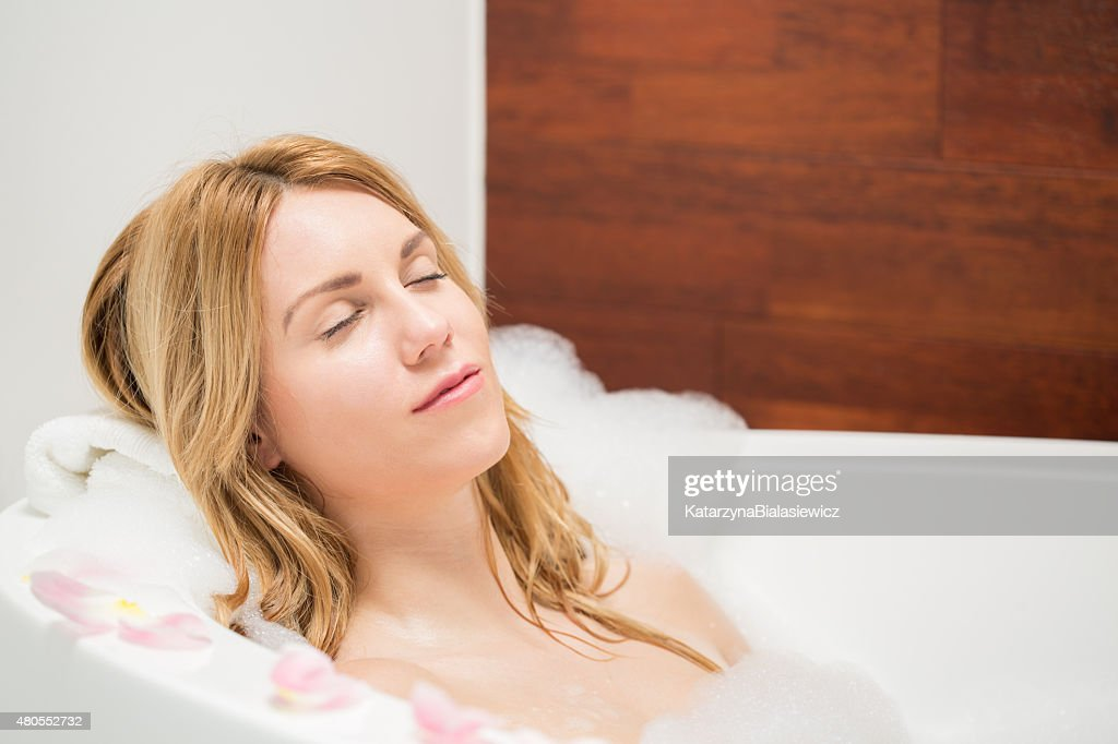 Mujer descansando durante el baño : Foto de stock
