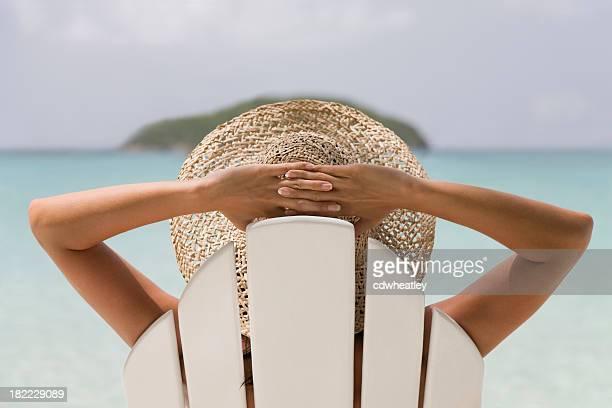 mujer descansando en una silla - espalda chica morena playa fotografías e imágenes de stock