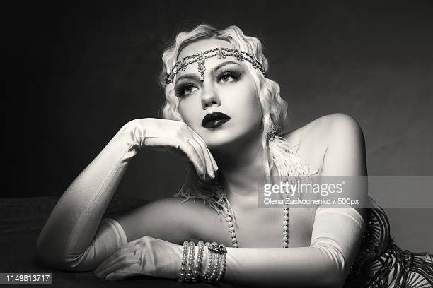 woman retro flapper style - roaring 20s photos et images de collection