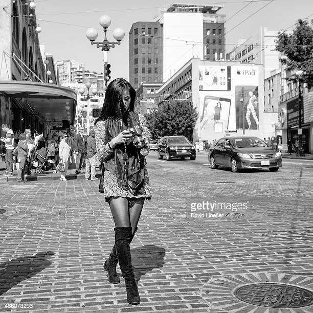 CONTENT] A woman reviewing photos at Pike Place / Seattle WA