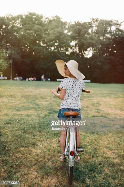 Frau mit dem Fahrrad im park
