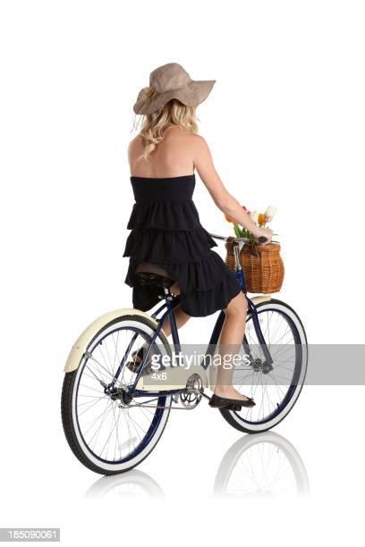 Mujer montando una bicicleta