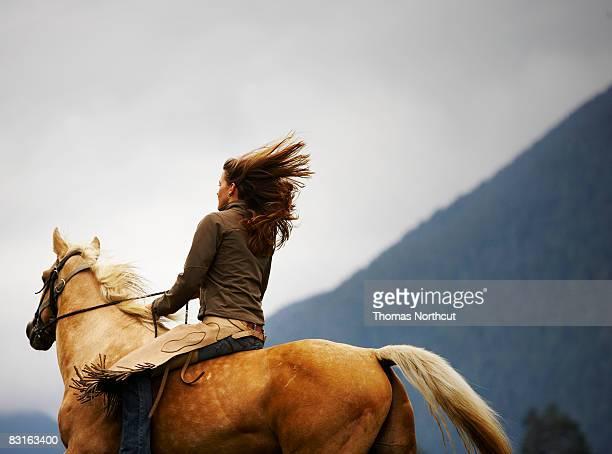 Femme cheval de l'équitation à cru