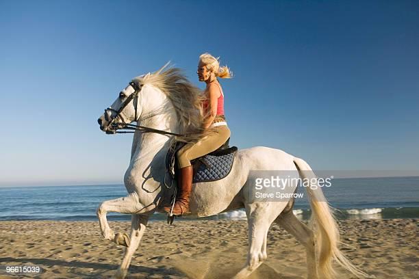 woman riding horse on the beach - 1 woman 1 horse fotografías e imágenes de stock