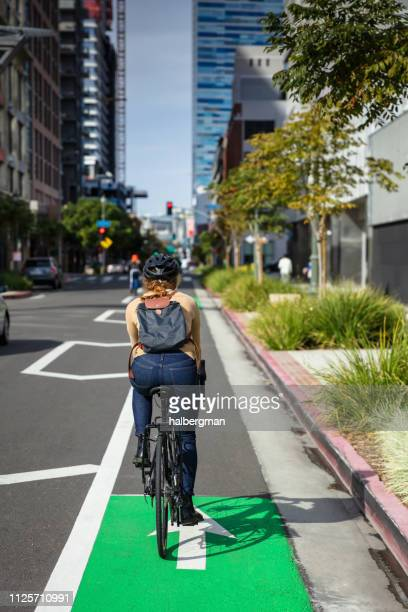 vrouw rijden in bike lane - city of los angeles stockfoto's en -beelden