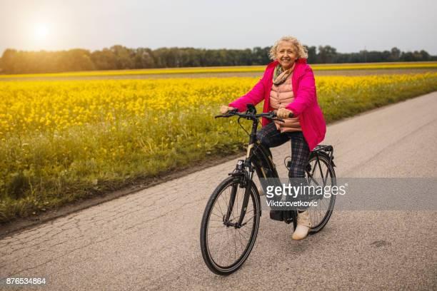 Vrouw rijden op de elektrische fiets