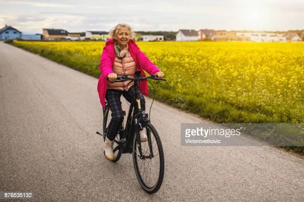 Frau reitet auf e-Bike