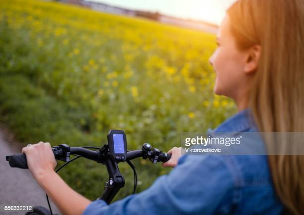 Vrouw rijden op haar elektrische fiets