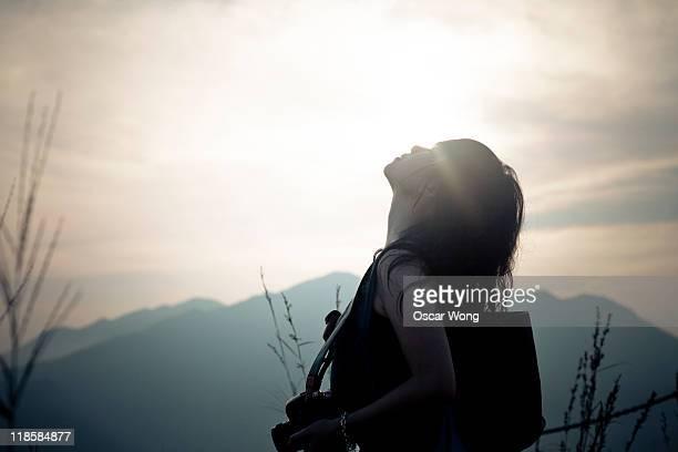 woman rising up her head - 頭をそらす ストックフォトと画像