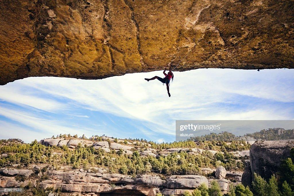Donna di arrampicata su roccia : Foto stock