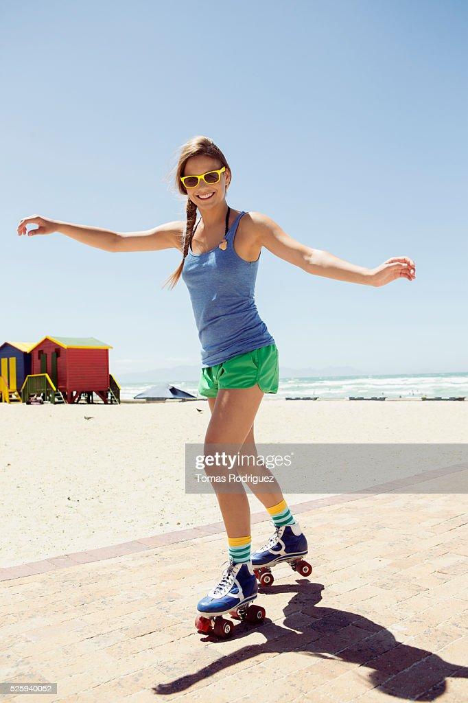 Woman roller skating on beach : Stockfoto
