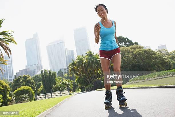 Frau Rollerbladen in städtischen park
