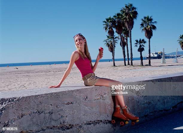 woman rollerskating at beach - patinar fotografías e imágenes de stock