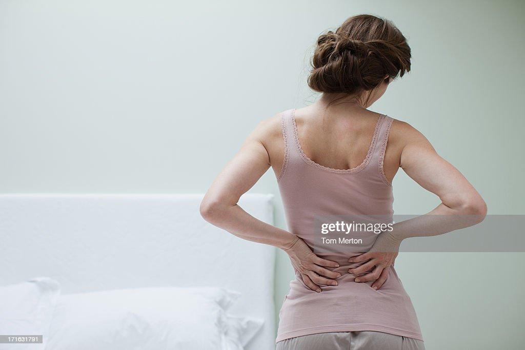 Femme se frotter les douleurs du dos : Photo
