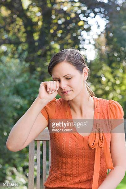 Mujer frotarse los ojos