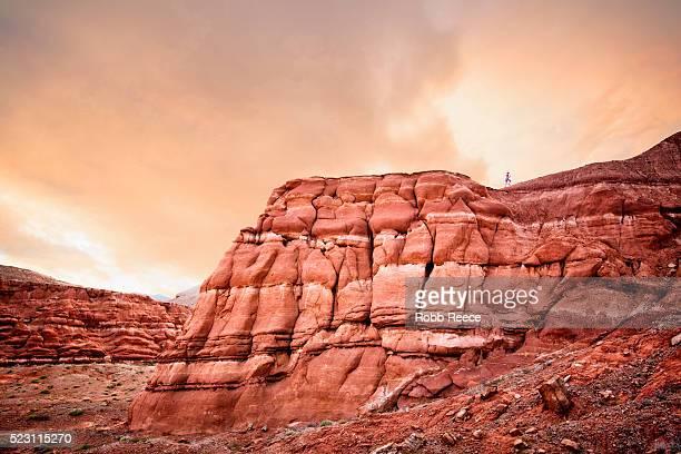 woman runner ascends a steep desert hill, utah, usa - robb reece 個照片及圖片檔