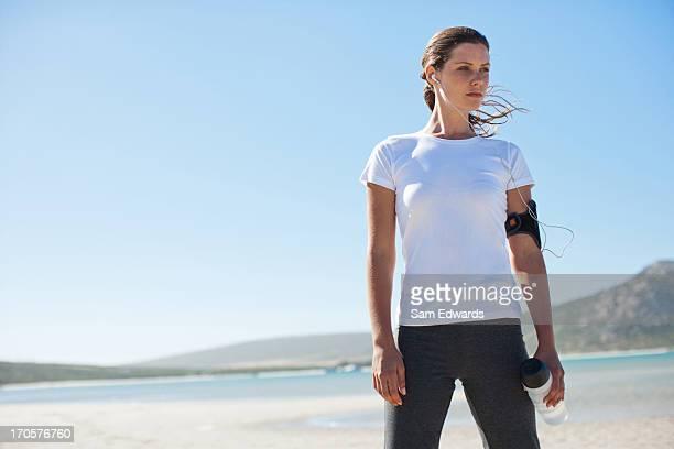 女性ランナーを聞きながらリラックスし、MP 3 プレーヤー