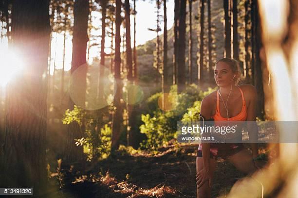 Frau Läufer Ausruhen auf einem Berg Wanderweg Ausführen mit SunFlare