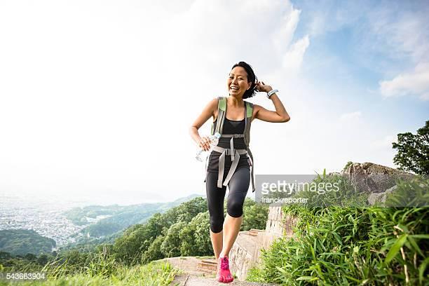 女性のジョギングやハイキング、自然