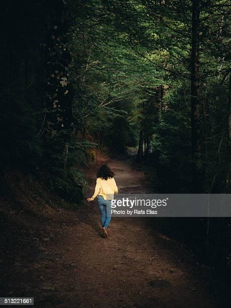 woman running away in forest - fugitivo - fotografias e filmes do acervo