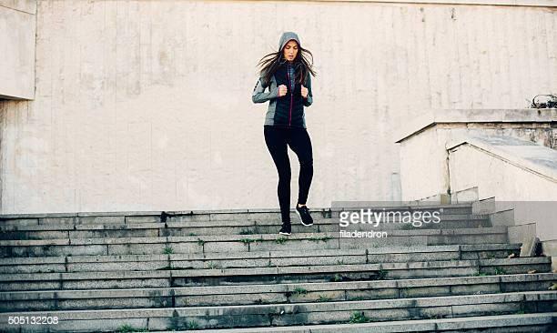 女性ランニング階段