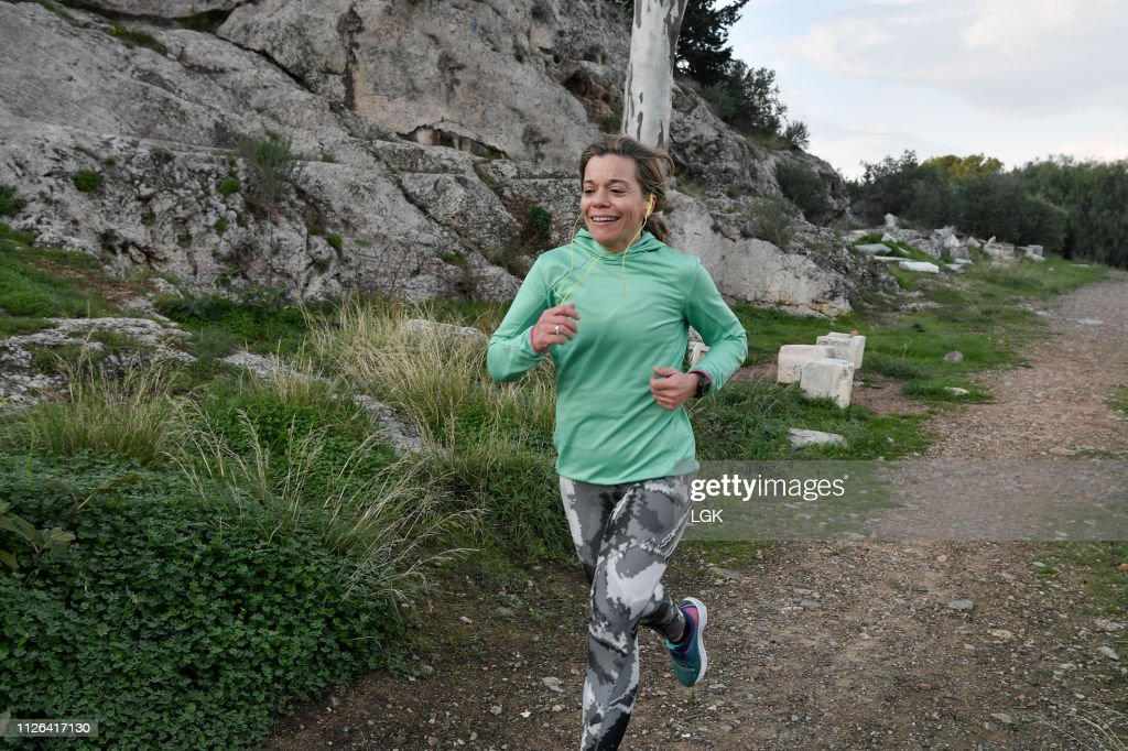 Woman running  in a city park : Stock-Foto