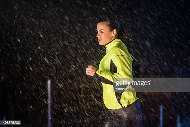 Mulher correr na chuva