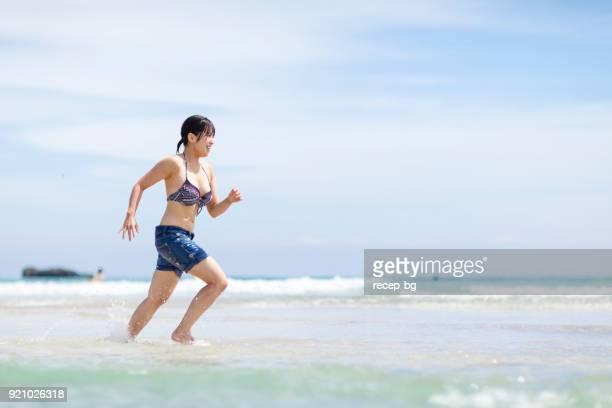女性は海でランニング - 静岡市 ストックフォトと画像