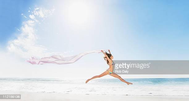 女性のビーチでのランニングでファブリック