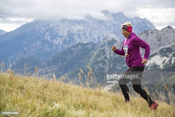 Mujer corriendo en la montaña