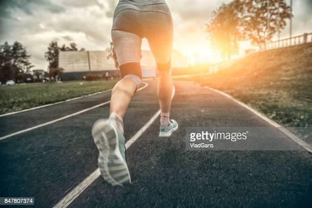 vrouw draait op stadion track