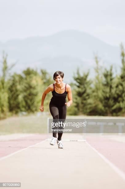kvinnan kör på löparbanan