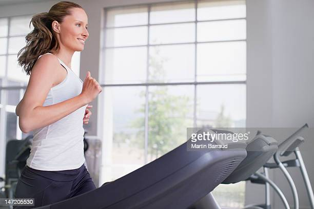 女性のトレッドミルでランニング