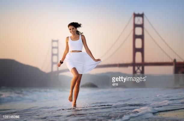 Frau Laufen verspielt durch die Wellen, die Golden Gate Bridge (XXXL