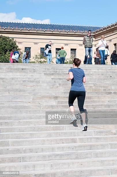 Frau läuft die Rocky-Treppe im Philadelphia Museum of Art