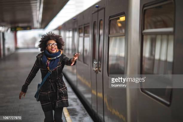 vrouw lopen te vangen van de trein - vangen stockfoto's en -beelden