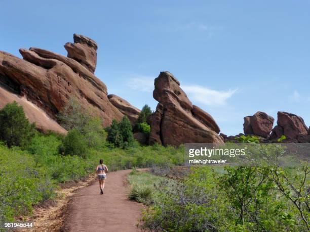 トレーディング ポスト トレイル赤岩公園モリソン コロラドのロッキー山脈を実行している女性 - コロラド州ジェファーソン郡 ストックフォトと画像