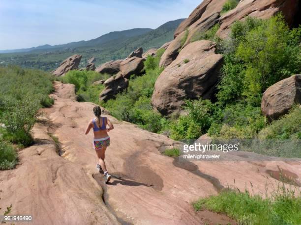 woman running trading post trail red rocks park morrison colorado rocky mountains - rocha vermelha imagens e fotografias de stock