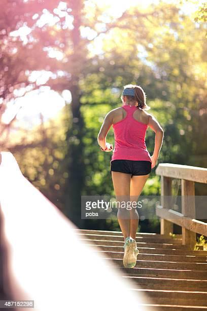 woman ランニングアップの階段