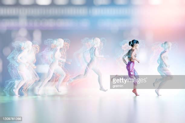 frau läuft mit verschiedenen datenbildschirmen - rennen körperliche aktivität stock-fotos und bilder