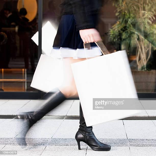 Frau mit Einkaufstüten rushing (Motion Blur