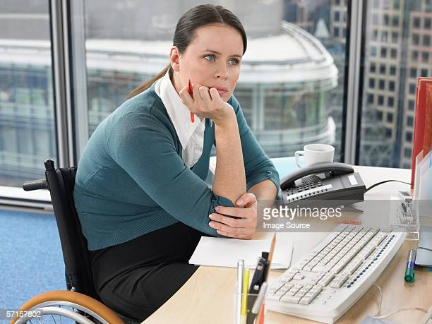 Femme assis à un bureau