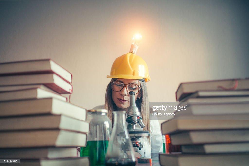 Woman scientist reading : Foto de stock